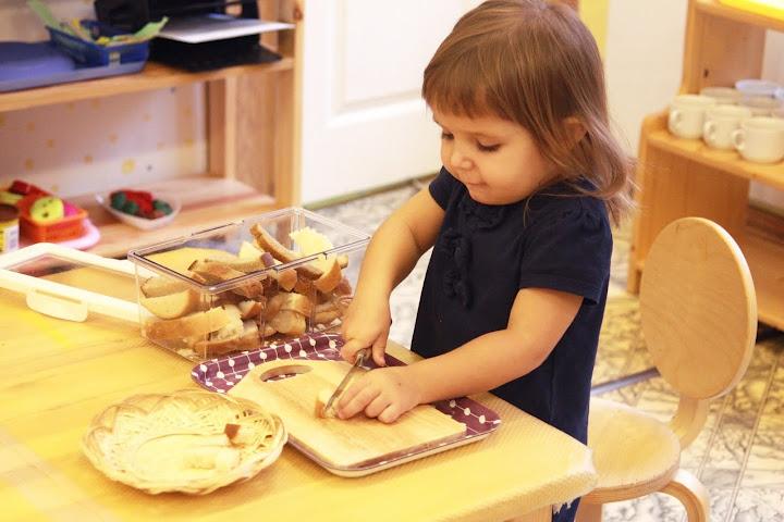 ребенок режет хлеб