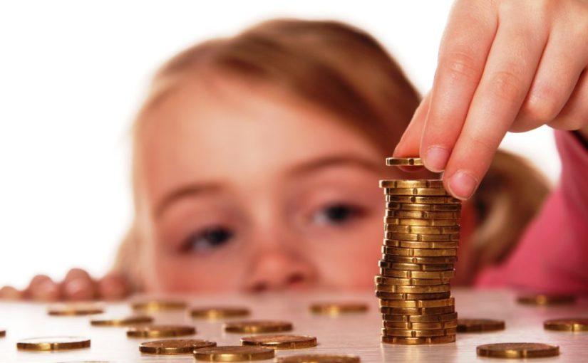 ребенок считает монеты