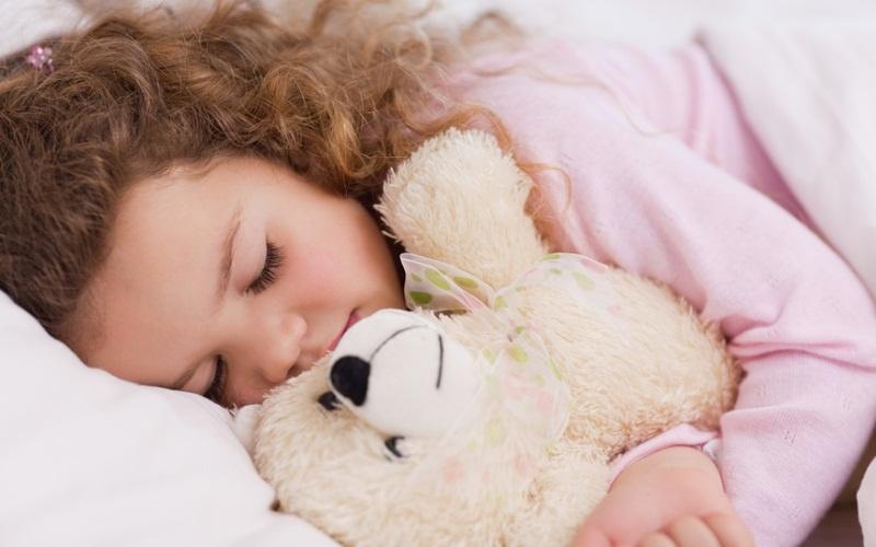 девочка спит с игрушкой