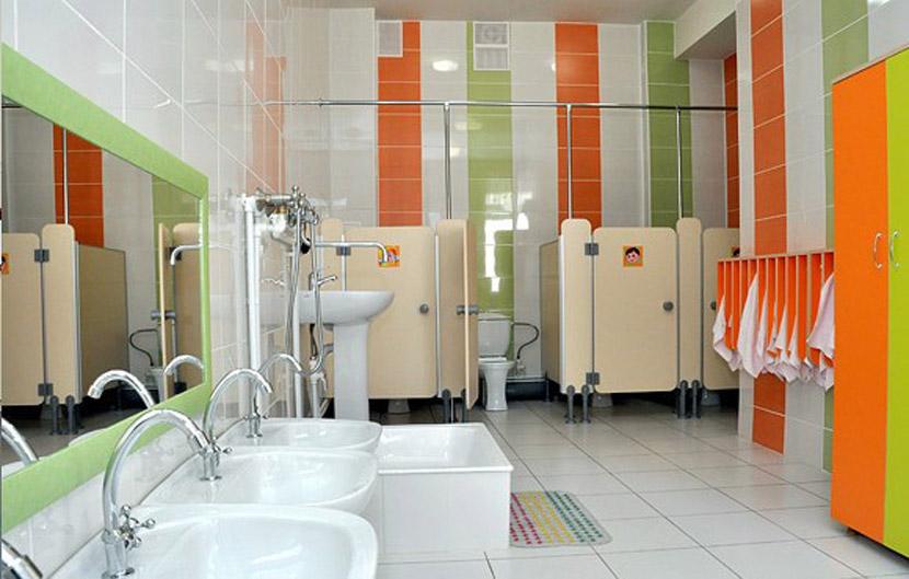раздельные туалетные комнаты (кабинки) для мальчиков и девочек.