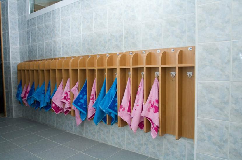 устанавливаются вешалки для детских полотенец